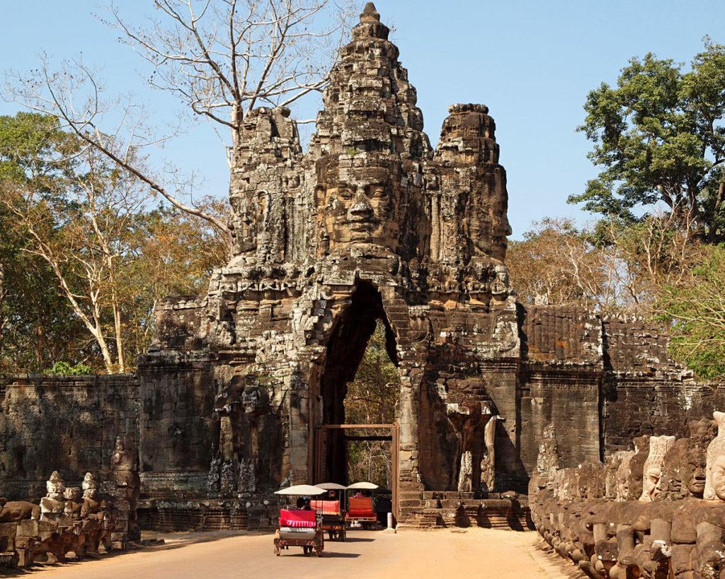 Angkor Thom - die Große Hauptstadt von Angkor - hier zu sehen einer der fünf Tore als Eingang in die Stadt. Die Tore enthalten vier Gesichter des Gottes Bodhisattva Lokeshvara. (shutterstock.com/ William Cushman)