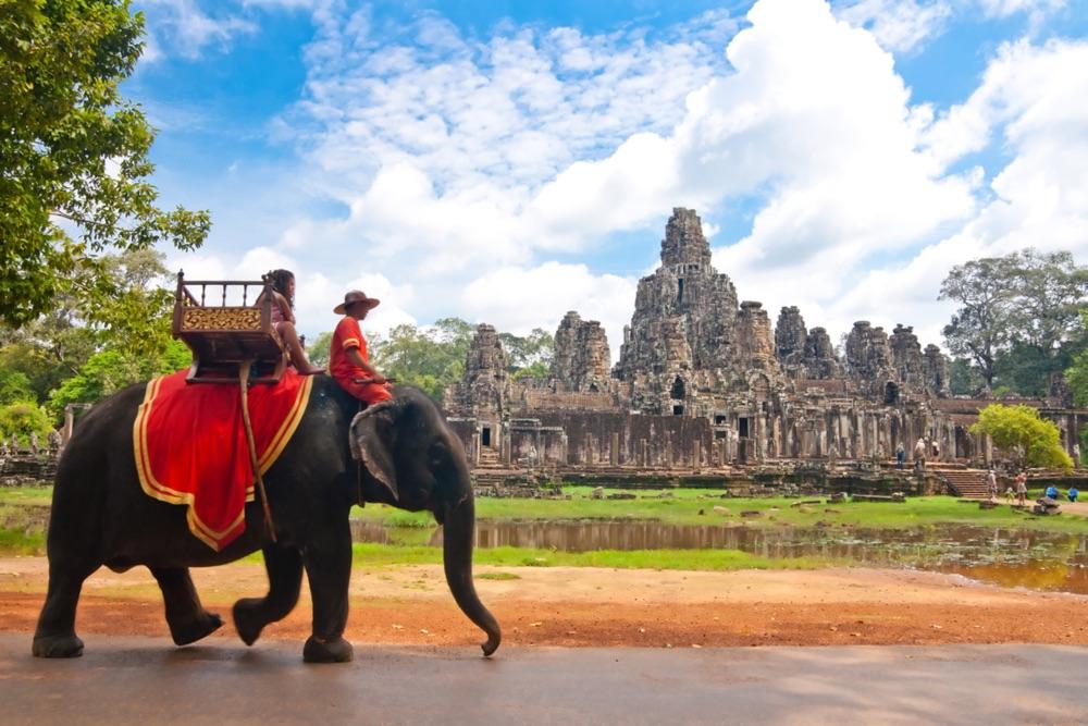 Fortbewegung in Angkor Wat - man könnte sich sogar einen Elefanten rufen (shutterstock.com Von GuoZhongHua)