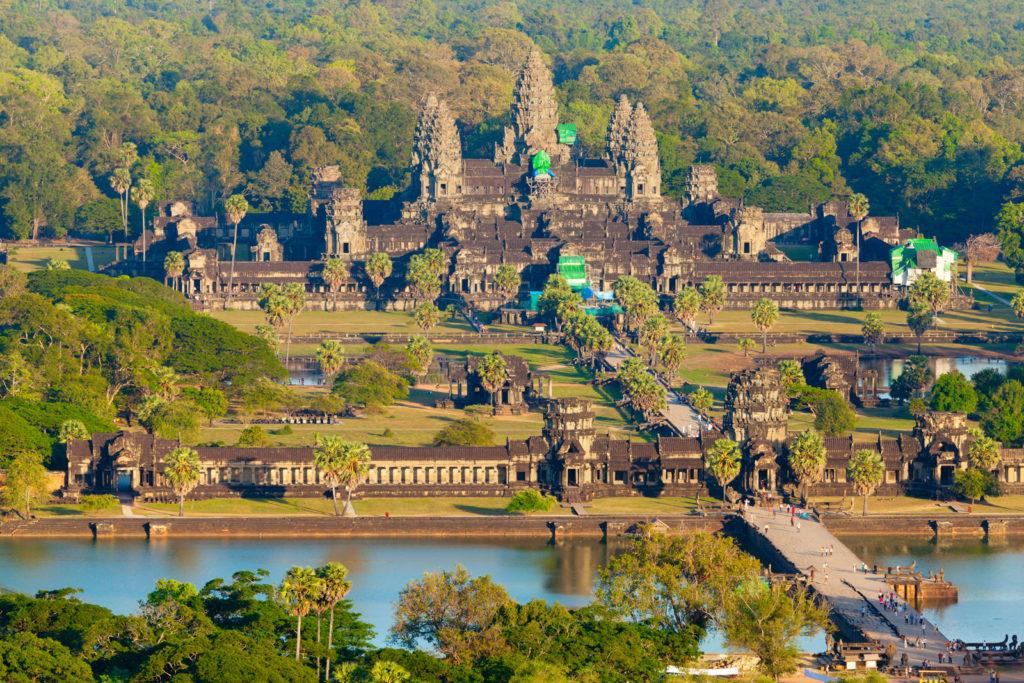 Angkor Wat aus der Luft - schön zu sehen der Wassergraben und die fünf Türmen der einzelnen Terrassen.